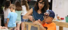 Una professora de l'Escola d'Art laurediana ensenyant a un dels alumnes.