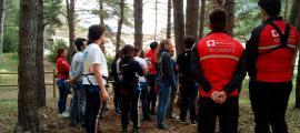 Personal de la Creu Roja en una activitat amb voluntaris.
