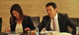 Els cònsols d'Ordino, Josep Àngel Mortés i Gemma Riba, durant la sessió de consell de comú d'aquest dijous.
