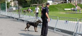 Un agent amb un gos policial.