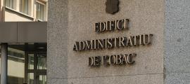 Entrada a l'edifici administratiu de l'Obac, seu del departament d'Immigració.