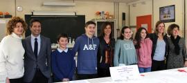 Alumnes i organitzadors de la primera campanya de donació de sang de l'escola andorrana.