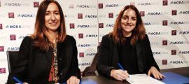 Gisela Villagordo i Cristina Cerqueda durant la signatura del conveni, ahir.