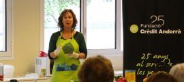 La dietista Marta Pons durant un taller anterior a L'espai.