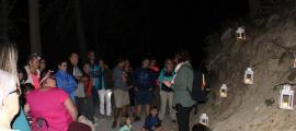 Adults i infants escoltant la narració d'una llegenda sobre l'aigua amb diferents elements decoratius.