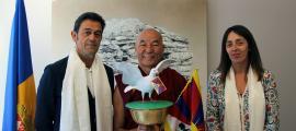 El cònsols d'Ordino amb el representat del Dalai Lama.