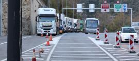 Camions fent cua a la duana per entrar al país.