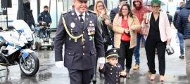 El director de la Policia, Jordi Moreno, amb un infant durant la festivitat de la patrona del cos de Policia el 2019.