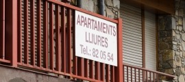 Un cartell anunciant el lloguer d'apartaments.