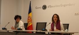 La cònsol major, Rosa Gili, acompanyada de la consellera Magda Mata.