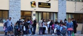 Estudiants i familiars a les portes de l'escola andorrana de Sant Julià de Lòria.