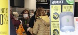 Compradors en un supermercat de la capital.