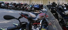 Motocicletes en un aparcament.