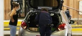 La policia francesa revisa els vehicles que creuen la frontera.