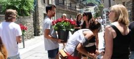 La plega de roses amb el jovent d'Ordino en una edició anterior.