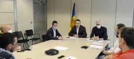 El ministre de Presidència, Economia i Empresa, Jordi Gallardo, i el secretari d'Estat d'Economia, Èric Bartolomé, durant la trobada amb els representants dels taxistes.