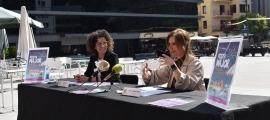 La cap de Cultura, Laura Rogé, i la cònsol menor de Sant Julià de Lòria, Mireia Codina, durant la presentació.