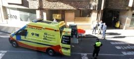 Una ambulància en el trasllat d'un ferit.