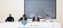 Un moment de la signatura del conveni amb els nous beneficiaris.