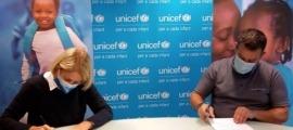 La presidenta d'Unicef Andorra, Laura Àlvarez, com el president del Copsia, Òscar Fernàndez, durant la signatura.
