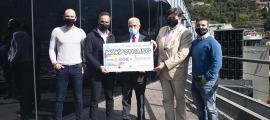 L'entrega del xec per part del conseller d'Esports i Joventut del comú d'Andorra la Vella, Alain Cabanes, i el sotsdirector general banca país d'Andbank, Josep Maria Cabanes, al president d'Assandca, Josep Saravia.