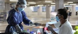 Personal sanitari a l''stop lab' d'Andorra la Vella.