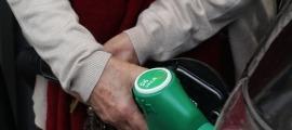 Un client se subministra carburant en una estació de servei.