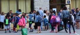 Alumnes a l'exterior de l'escola andorrana de Sant Julià de Lòria.