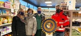 El director de la Creu Roja Andorrana, Jordi Fernández, amb membres d'Inner Wheel.