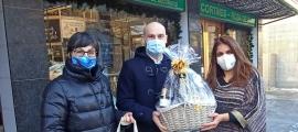 La directora d'Unicef Andorra, Marta Alberch, i Jordi Vilanova, com a representant de MoraBanc, entreguen el premi a Esther Cosan del comerç CAD2.