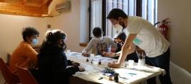 Joves en una activitat de pintura i modelisme al Punt d'Informació Juvenil d'Ordino, aquest divendres al matí.