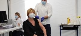 La subsíndica, Meritxell Palmitjavila, en el moment de rebre la vacuna.