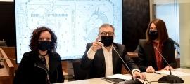 La responsable de la biblioteca comunal, Vanessa Sanjurjo; el conseller de Vida Cultural del comú d'Escaldes-Engordany, Valentí Closa i la cap del departament de Cultura, Anna Garcia, durant la presentació.
