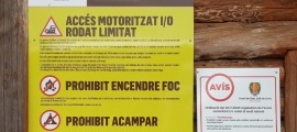 Els cartells de restricció a l'accés rodat al medi natural instal·lats pel comú lauredià.
