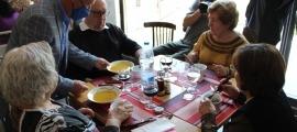 El cònsol major, Josep Majoral, serveix el dinar a alguns dels usuaris del menjador social.