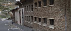 Exterior del centre escolar afectat pel brot.