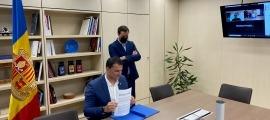 El ministre de Presidència, Economia i Empresa i president d'Andorra Recerca i Innovació, Jordi Gallardo, signa el conveni.