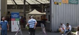 Ciutadans entrant al centre de vacunació de la plaça de Braus.