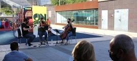 Un moment de l'actuació del Trio Goldberg en el marc del cicle ON-Carrer.