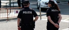 Dos agents del cos de policia.