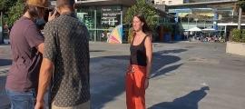 Una de les participants a l'espot publicitari d'Atida fent-se la fotografia aquesta tarda a la plaça del Poble.