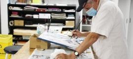 Un usuari de la classe de pintura de l'Escola d'Art.