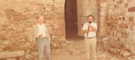 Esteve Albert, a l'esquerra, al castell palau de Bellcaire d'Empordà, el 1976, durant una representació de 'Bandera de Catalunya'.