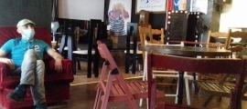 Toni Fernández, ànima del local, a la platea de La Fada, que ha retallat l'escenari per mantenir la distància de seguretat entre taules.