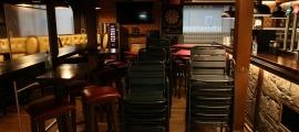 Un bar del centre històric d'Andorra la Vella, tancat.