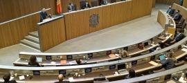 Consellers de tots els grups en una sessió de Consell General.