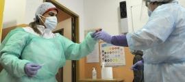 Dues infermeres recullen mostres per fer una TMA.
