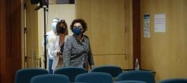 Les ministres Pallarés i Vilarrubla entrant a la sala de premsa, aquesta tarda.