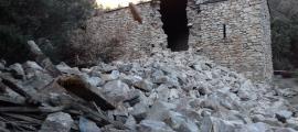Les restes del campanar de Sant Vicenç d'Enclar, la setmana passada; en breu seran cobertes amb una lona.