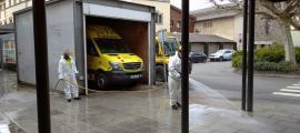 Desinfecció dels voltants i entrades del Sant Hospital de la Seu.